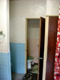 タイル張りの施工前トイレ