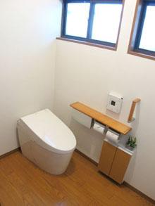 間仕切り壁を取りはらいトイレ空間を広くしました。