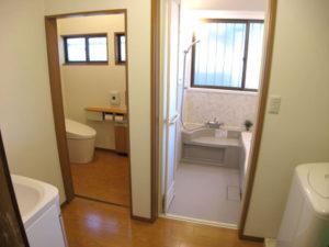 トイレの入口は引き戸、段差も解消。バリアフリーに。
