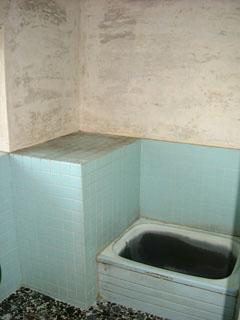 今までの浴室です。タイル目地や壁、浴槽などの汚れが目立ちます。